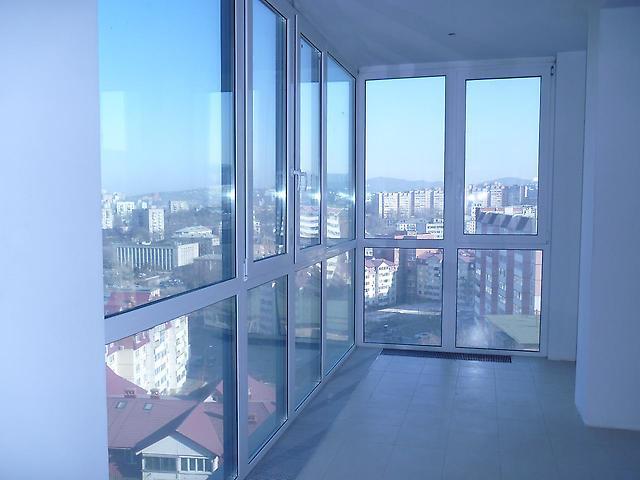 """Витражное остекление балкона и лоджий - быстро и надежно - """"."""